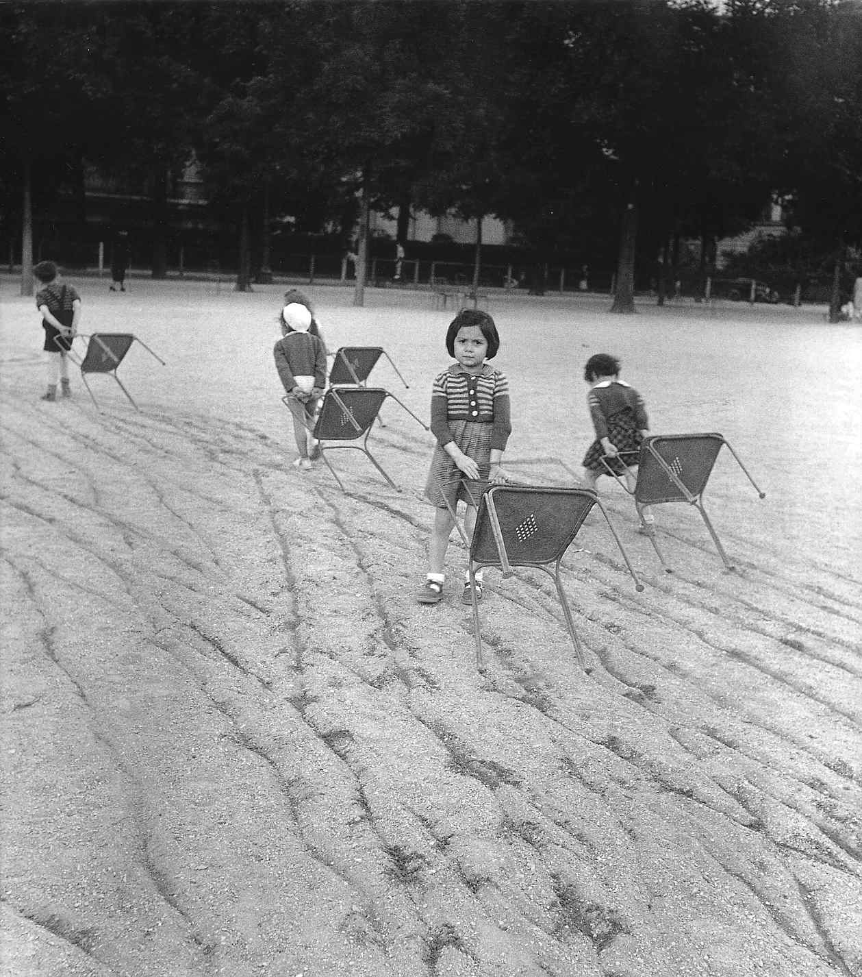 Young gifted and black robert doisneau for Chaise jardin du luxembourg